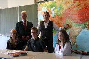 Da geht's hin: (v.l: Teresa Höfgen, Daniel Névir und Hannah Günther an der Karte: Detlev Devantié und Jens-Peter Rau)