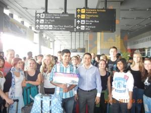 Die indische Delegation wartet am Flughafen
