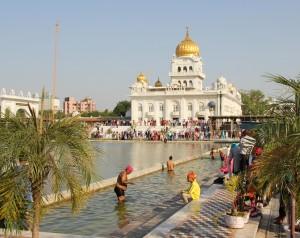 Baden in heiligen Gewässern des Gurudwara